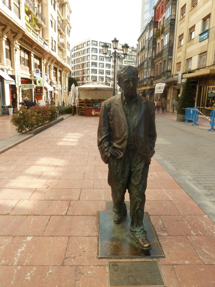 10 Celebrity Statues All Over the World!