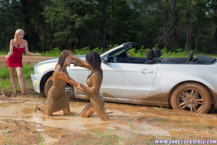 10 Hilarious Mud Wrestling Pics!