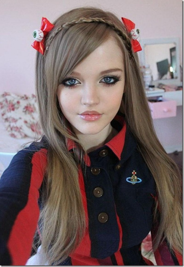 10 Girls Who Look Like Living Dolls!
